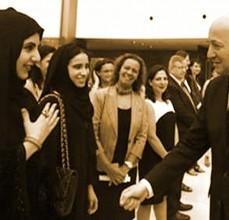 Eine Muslimin in den VAE grüsst Laurent Fabius ohne Händedruck