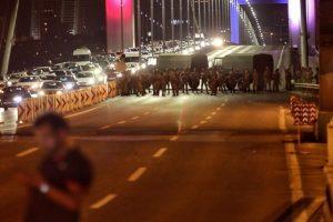 Militär sperrt Brücke ab.